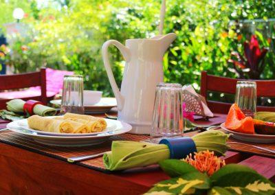 Liegestuhl, Handtuch und Sonnenschirm im Garten